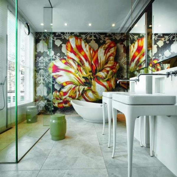 мозаичное панно на акцентной стене в ванной