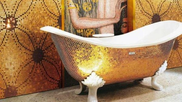 ванна оформлена золотой мозаикой
