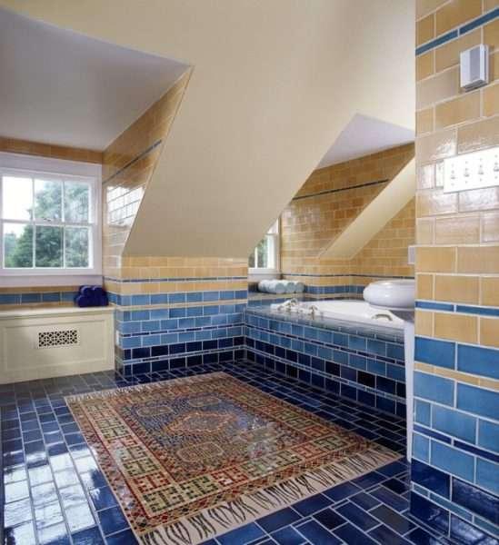 ковёр из мозаики на полу в ванной комнате
