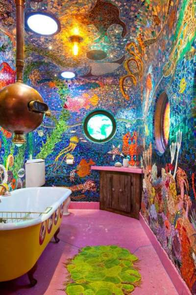 мозаичное панно на стене и потолке ванной
