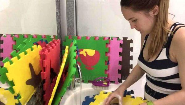 мыть мягкий пол в детской комнате