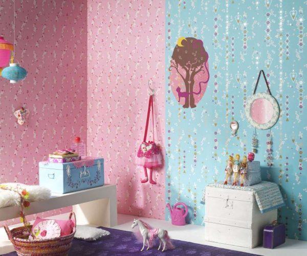 вертикальный стык обоев в комнате девочки