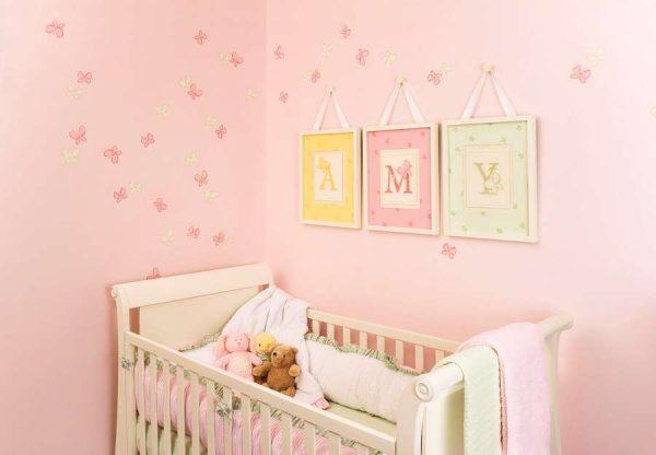 розовые обои с картинками в комнате девочки