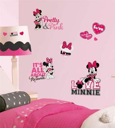 розовые обои с аппликацией в комнате девочки