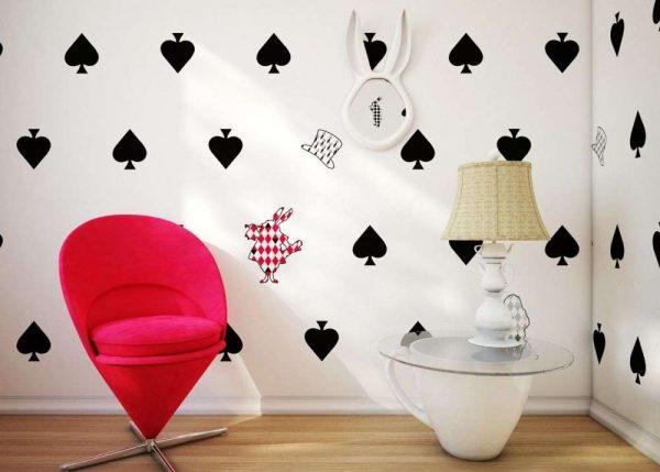 карточный домик в комнате девочки