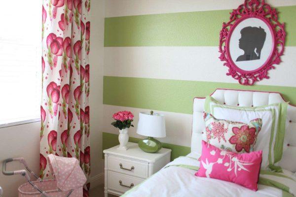 обои с горизонтальными полосами в комнате девочки