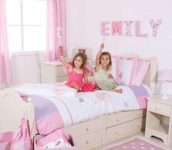 розовые однотонные обои в комнате девочки