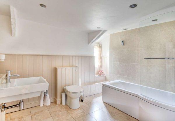 бежевые пластиковые панели в ванной