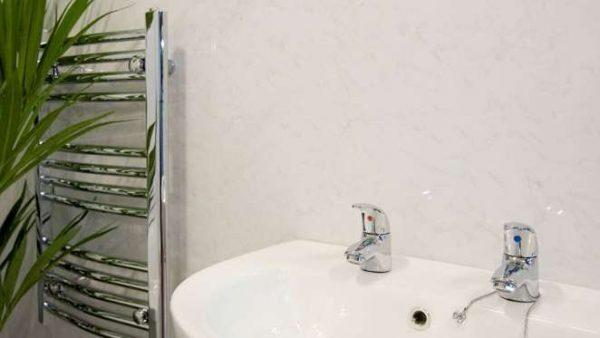 под мрамор пластиковые панели в ванной