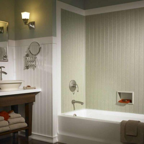 зелёные и белые пластиковые панели в ванной
