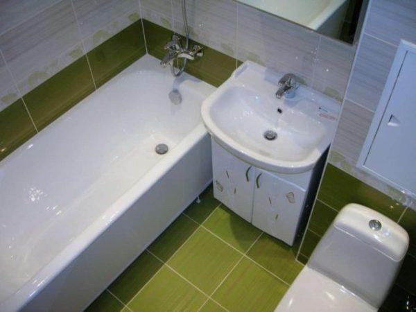 зелёная плитка на полу в ванной своими руками