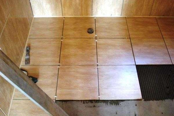 Монтаж кафеля на пол в ванной