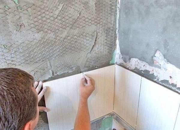 клеем плитку на стены ванной