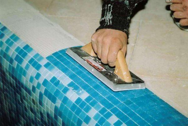 укладка мозаичной плитки в ванной комнате своими руками