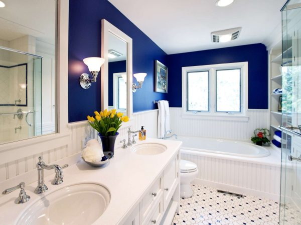 покраска в синий цвет стен в ванной
