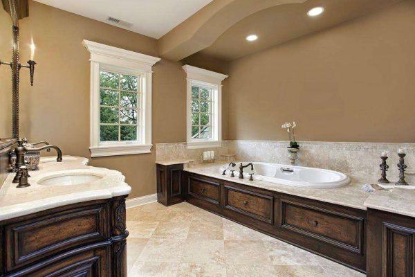 окрашенные бежевые стены в ванной комнате