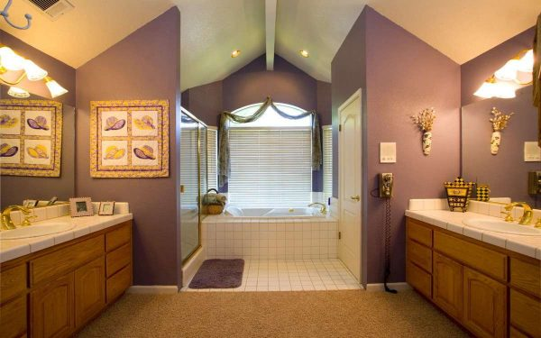 покраска стен в ванной в фиолетовый