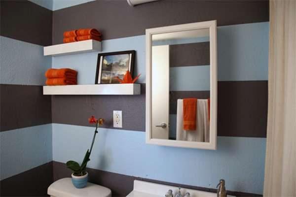 горизонтальные полоски на стене ванной