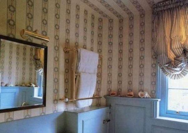 обои на потолке в интерьере ванной комнаты