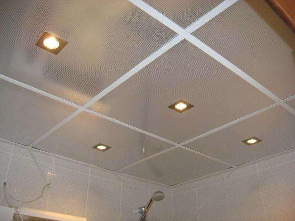 Минеральные плиты на потолке в ванной