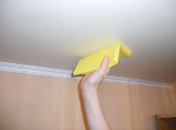 вытираем потолок в ванной