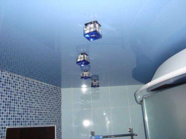 голубые потолки в ванной