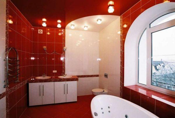 разноцветный потолок в ванной