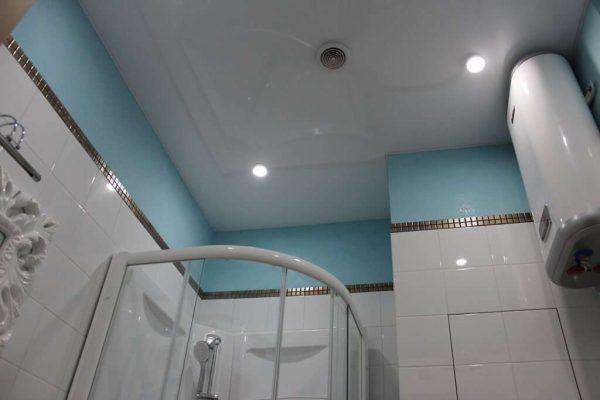 потолок натяжной в интерьере ванной комнаты