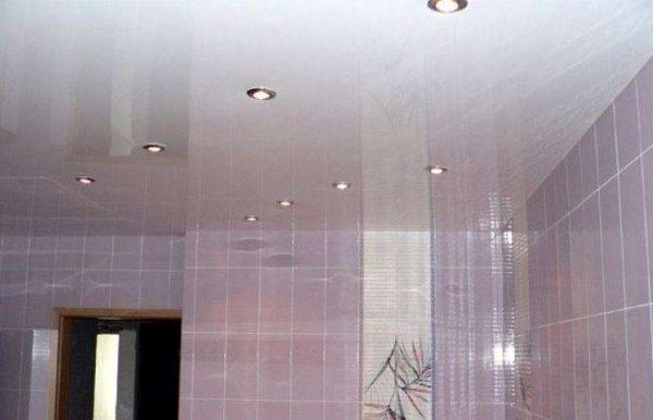 встроенное освещение в потолке ванной комнаты