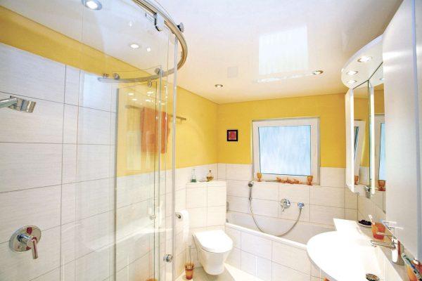 натяжной потолок в интерьере ванной комнаты