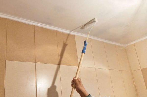 побелка на потолке в интерьере ванной комнаты