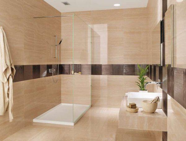 бежевая с бордюром плитка в интерьере ванной комнаты
