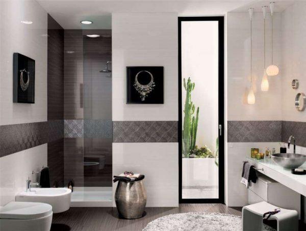 белая и серая плитка в ванной комнате