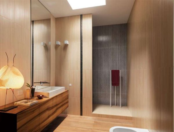 дизайн ванной комнаты с бежевым и серым кафелем