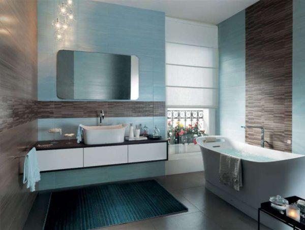 голубой в интерьере ванной комнаты с плиткой