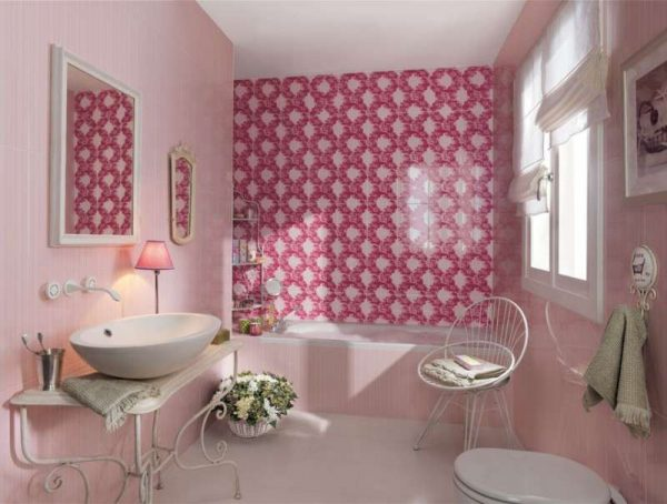 дизайн ванной комнаты с розовым кафелем