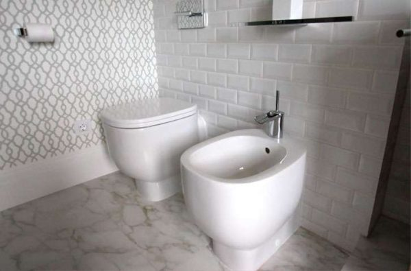 раскладка плитки вразбежку в ванной