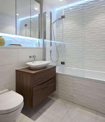фактурная белая плитка в ванной