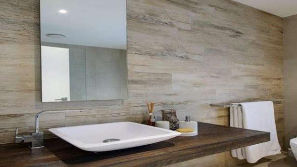 интерьер ванной комнаты с керамогранитом
