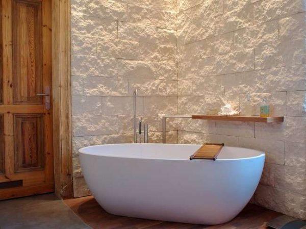 сдержанный интерьер ванной комнаты