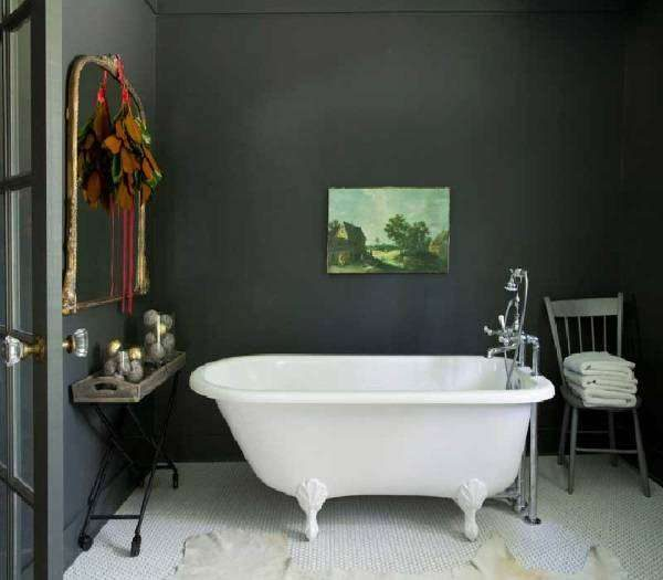 современная ванная комната с картиной
