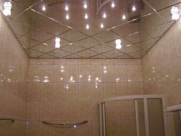 современная ванная комната с зеркальным потолком