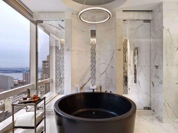 современная ванная комната с тёмной сантехникой
