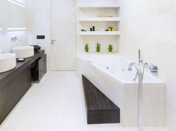 современная ванная комната с белой сантехникой