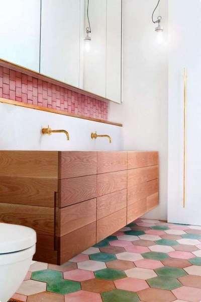 современный интерьер ванной комнаты с шестигранной плиткой на полу