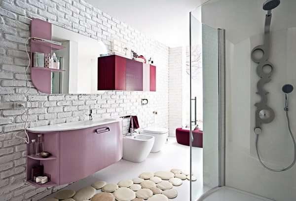 современный интерьер ванной комнаты с кирпичной кладкой
