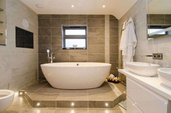 коричневая и бежевая плитка в интерьере ванной комнаты