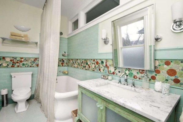 зелёная плитка с рисунком в интерьере ванной комнаты