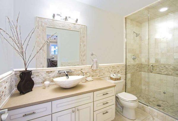 интерьер ванной комнаты с бежевой плиткой