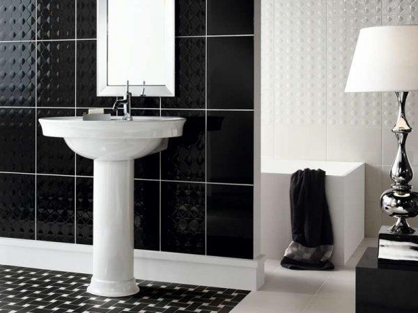 чёрная фактурная плитка в интерьере ванной комнаты
